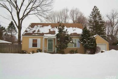 11 Manor Pl, Huntington Sta, NY 11746